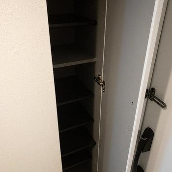 シューズボックスは2人で住むなら少し小さめかな?※写真は4階の同間取り別部屋のものです。