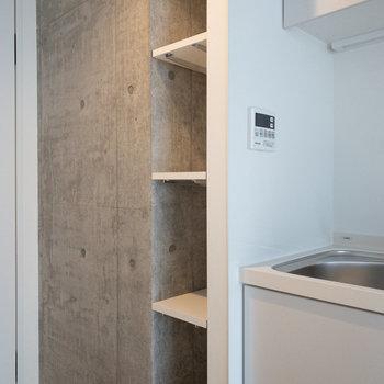 横には小さな収納があります。レシピ本などを入れると便利そう。※写真は4階の同間取り別部屋のものです。