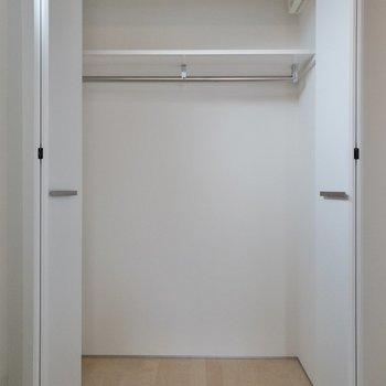 【洋室】奥行きがあってしっかり入りそうです。※写真は4階の同間取り別部屋のものです。