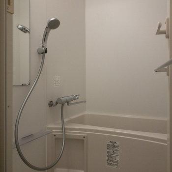 上部に浴室乾燥の棒がありました。※写真は4階の同間取り別部屋のものです。