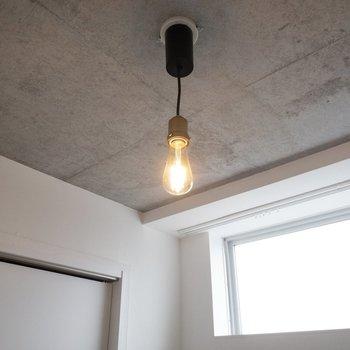【洋室】照明が可愛いんです。