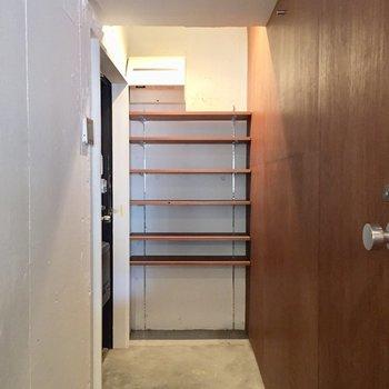 玄関は広めです。靴箱もオープンなのですね。