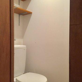 トイレには可動式の棚があるので、ストックを置いておけます。