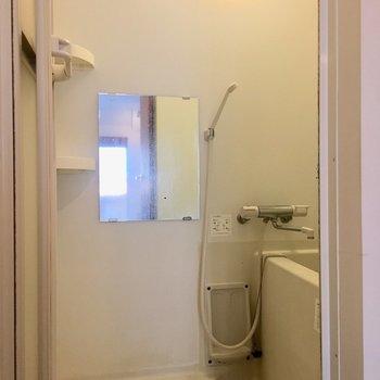 鏡や棚がついているのが嬉しい。
