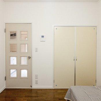窓側から。キッチンとは扉でセパレートできます。 ※写真は前回募集時のものです