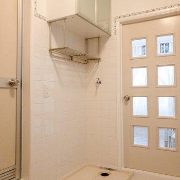 冷蔵庫置場の向かいには洗濯機置場が。上には洗剤等が置けます。※写真は前回募集時のものです