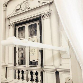 窓の近くには物干し竿受けがあります。 ※写真は前回募集時のものです