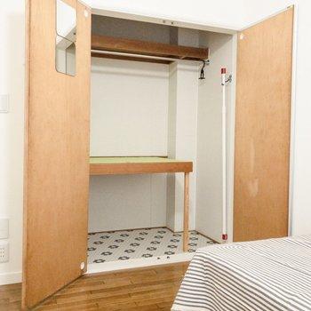 クローゼットには鏡と部屋干し用の物干し竿が。こちらも備え付けです。※写真は前回募集時のものです