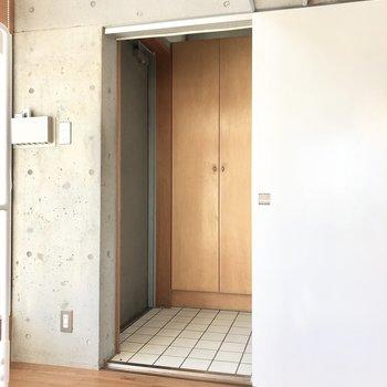 玄関は引き戸で隠すことができます