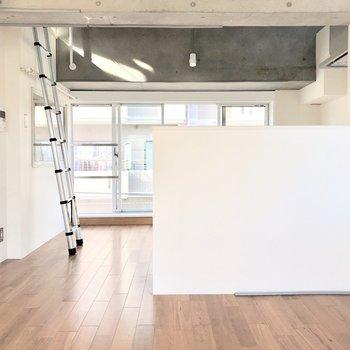 【下階】白い壁とコンクリートが合わさった素敵な空間