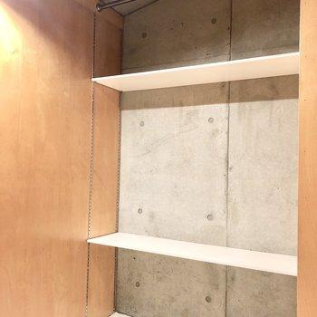 ハンガーポールの反対側の棚にはバックなどを置くと良さそうです