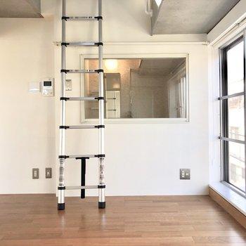 【下階】窓の向こうには浴室が...カーテンで隠すこともできるので安心してください
