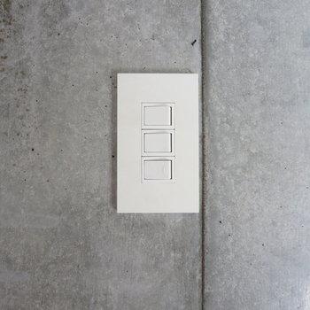 【ディテール】真っ白なスイッチとコンクリの組み合わせがスタイリッシュ