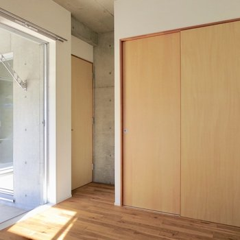 【洋室】木目の扉がやさしい印象に