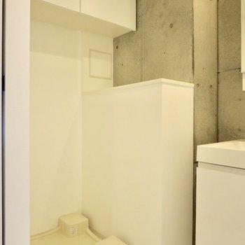 洗濯機置き場上には収納スペースがありますよ