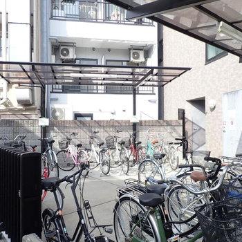 駐輪場は入り口前にあります。