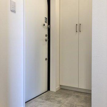 玄関は奥まったところにあります。※写真は2階の同間取り別部屋のものです