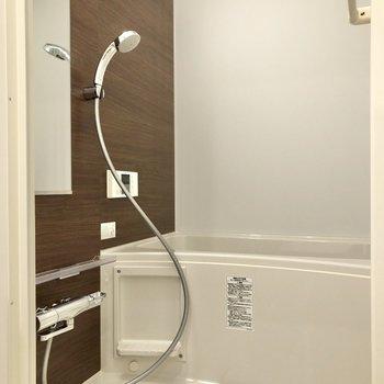 ゆったり入れそうなお風呂もありますよ。※写真は2階の同間取り別部屋のものです