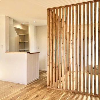 【LDK】木のぬくもりを感じる空間です。※写真は2階の同間取り別部屋のものです