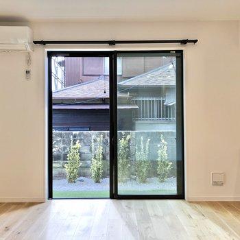 【LDK】南向きの窓から暖かい光が差し込みます。