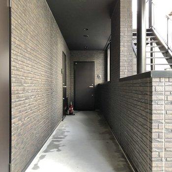 お部屋の前には落ち着いた廊下が続きます。