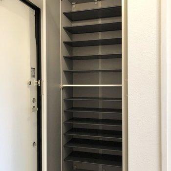 横には大容量のシューズボックスがあります。※写真は2階の同間取り別部屋のものです