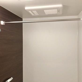 雨の日でも嬉しい浴室乾燥機付きです。※写真は2階の同間取り別部屋のものです