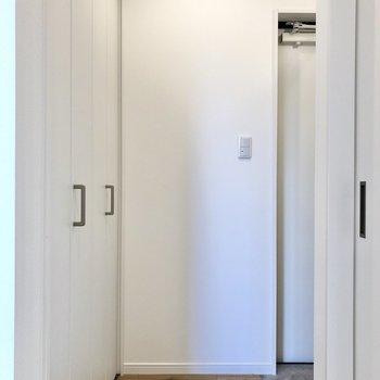 玄関に向かっていると、※写真は2階の同間取り別部屋のものです