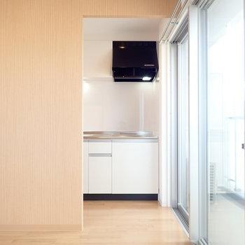 キッチンは隠れるようになっています。※写真は同間取り別部屋のものです。