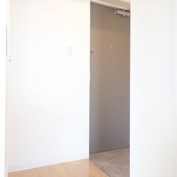 玄関へ。※写真は同間取り別部屋のものです。