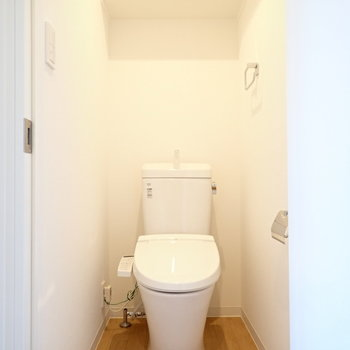 しゅっとしたトイレ。※写真は同間取り別部屋のものです。