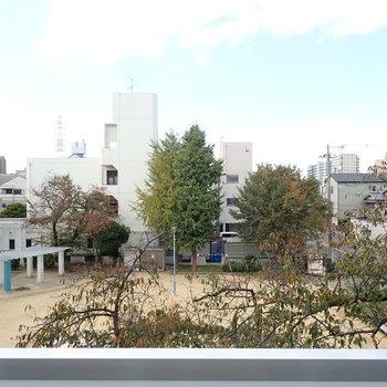 公園と空が見えます!※写真は同間取り別部屋のものです。
