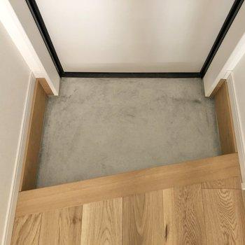 玄関スペースは1段下がったところにあります。