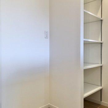 【LDK】キッチンの正面には食器を置ける棚と冷蔵庫置き場があります。※写真は2階の同間取り別部屋のものです