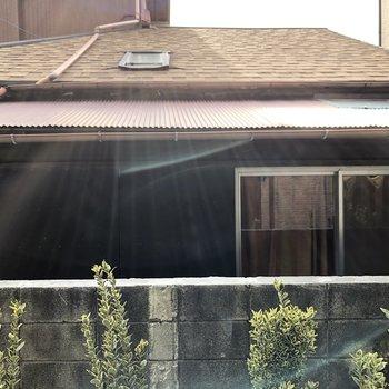 窓からは住宅が見えました。人通りはありません。