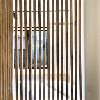 【寝室】ルーバーの隙間から光が差し込んできます。※写真は2階の同間取り別部屋のものです