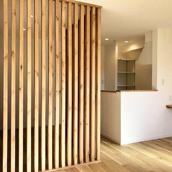 【LDK】木のルーバーの向こう側が気になりますね。※写真は2階の同間取り別部屋のものです