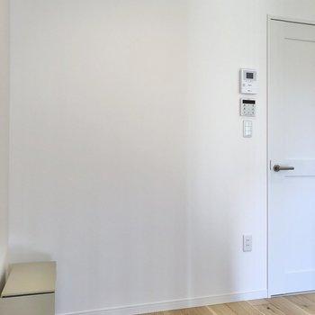 【寝室】つっかえ棒でカーテンをつけて、LDKと区切ることもできます。※写真は2階の同間取り別部屋のものです