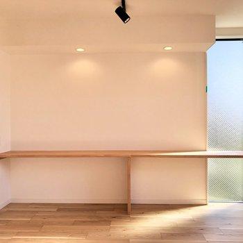 【LDK】カウンターの両側にはコンセントが付いています。※写真は2階の同間取り別部屋のものです