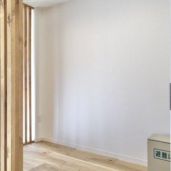【LDK】ルーバーの向こう側へ行ってみましょう※写真は2階の同間取り別部屋のものです