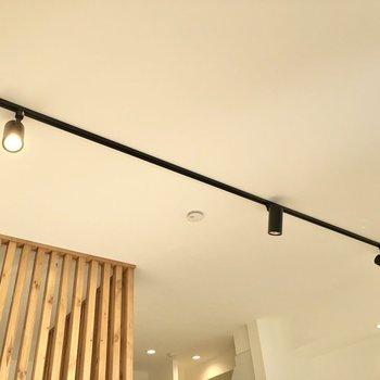 【LDK】見上げるとスポットライトが輝いています。※写真は2階の同間取り別部屋のものですす
