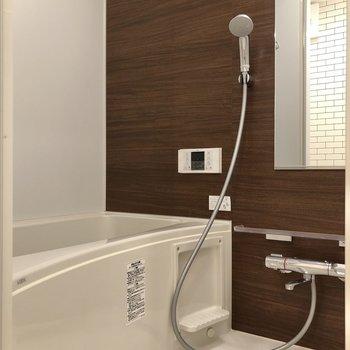 ゆったりと入れそうなお風呂もありますよ。※写真は2階の同間取り別部屋のものです