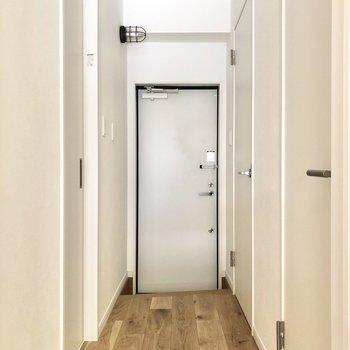 廊下に出て、左側にあるドアの先へ。
