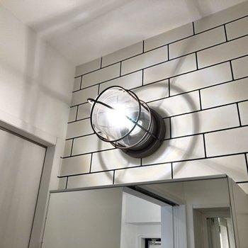 洗面台の上からはカッコいいライトが照らしてくれます※写真は2階の同間取り別部屋のものです