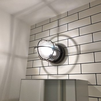 洗面台の上からカッコいいライトが照らしてくれます。※写真は2階の同間取り別部屋のものです