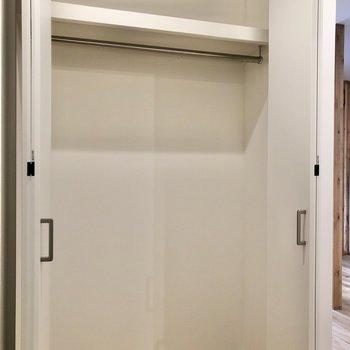 玄関横には大きなクローゼットがありました。※写真は2階の同間取り別部屋のものです