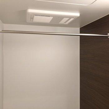 雨の日でも嬉しい浴室乾燥機付き。※写真は2階の同間取り別部屋のものです