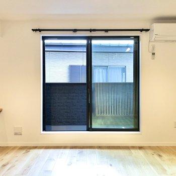 【LDK】南向きの窓からたっぷり光が差し込みます。※写真は2階の同間取り別部屋のものです