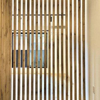 【寝室】ルーバーの隙間から光が差し込むので明るく感じます。※写真は2階の同間取り別部屋のものです
