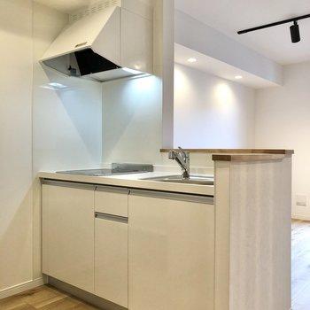 【LDK】キッチンは対面式です。※写真は2階の同間取り別部屋のものです